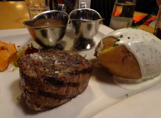 Collegues 250g filet (20,50euros) with a baked potato (4,50euro) and a pepper sauce (2,00euro)