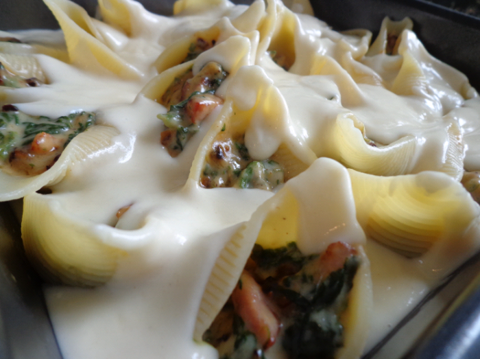 spinach stuffed pasta shells with sauce