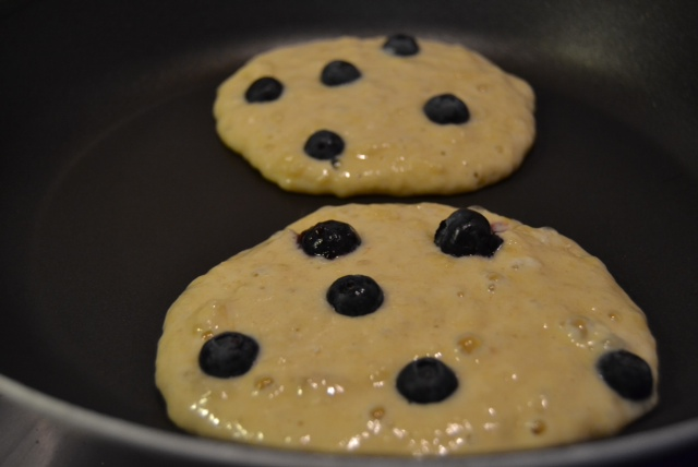 banana blueberry pancakes frying 2