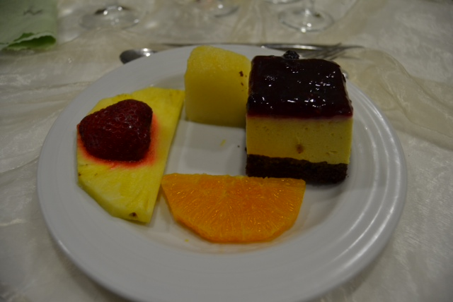 4th course: Dessert - we choose cheesecake with slices of fruit